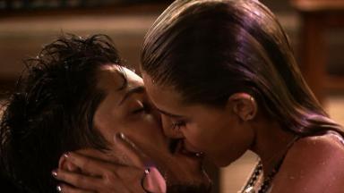 Rafael e Mina se beijando