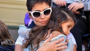 Deborah Secco abraçando a filha