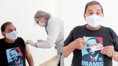 Dedé Santana sendo vacinado contra a Covid-19 e mostrando cartão