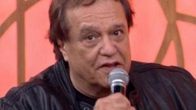 Dennis Carvalho com microfone na mão falando