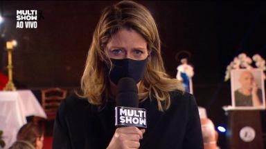Didi Wagner emocionada, segurando o microfone do Multishow