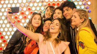 Elenco de Disney Bia posando para selfie