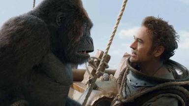 Personagem de Robert Downey Jr em Doutor Dolittle olhando para um gorila