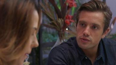 Renzo conversando com Dominique sobre sua decisão