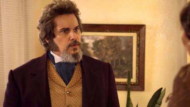 """O ator Edson Celulari caracterizado como Dom Sabino na novela """"O Tempo Não Para"""""""