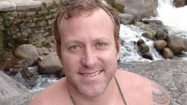 Sérgio Hondjakoff sem camisa, fazendo selfie