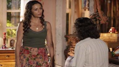 De pé, Bibiana olha chocada para Donato que está sentado na cama