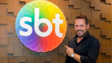 Dony De Nuccio ao lado do símbolo do SBT
