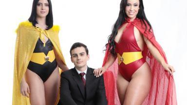Dudu Camargo com duas modelos ao lado