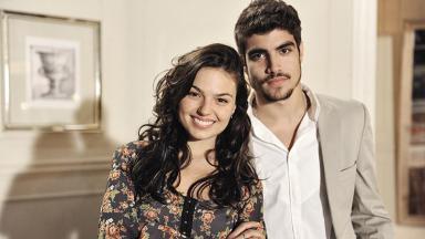 Isis Valverde e Caio Castro, caracterizados em seus personagens, posam para foto