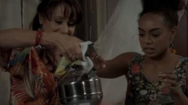 Edinalva e Marilda seguram a chaleira com água quente