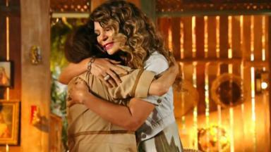 Elba Ramalho dando abraço em Veridiana