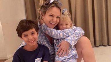 Eliana abraça os filhos, Arthur e Manuela, para comemorar recuperação do coronavírus
