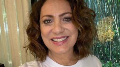 Eliane Giardini sorrindo