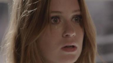 Eliza olha para frente assustada e chora