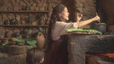 Elvira mexendo na comida dos portugueses