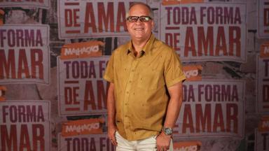 Emanuel Jacobina posa com o logo de Malhação ao fundo