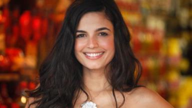 Emanuelle Araújo sorrindo