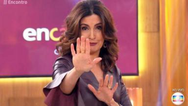 Fátima Bernardes fazendo sinal com as mãos