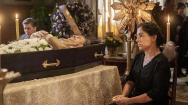 Lola em Éramos Seis no caixão