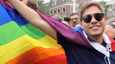 Erick Rianelli posa com a bandeira gay