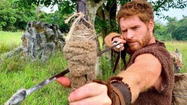 Esaú mirando, com arco e flecha na mão