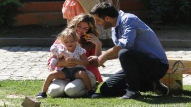 Ester brinca com Laurinha e Cassiano