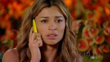 Ester falando ao telefone