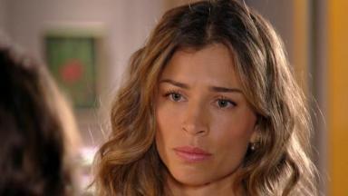 Ester olha indignada para Alberto