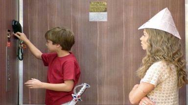 Samuca mexe na fechadura do elevador enquanto Ester o observa