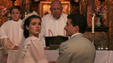 Camila Queiroz e Klebber Toledo em cena do último capítulo de Êta Mundo Bom, em reprise na Globo