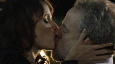 Irene e Eugênio se beijam com paixão