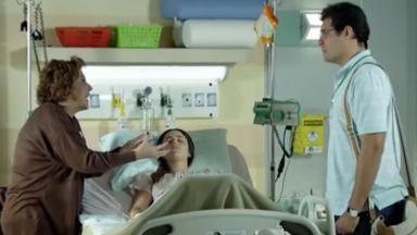 Eva e Lúcio em pé ao lado da cama de Ana