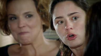 Eva observa feliz Ana discutindo com Manu