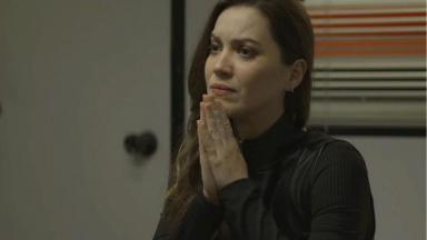 Fabiana com as mãos pedindo juras