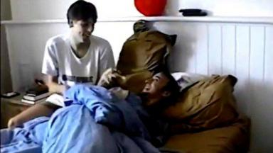 Em vídeo antigo, Porchat aparece brincando com Paulo Gustavo na cama