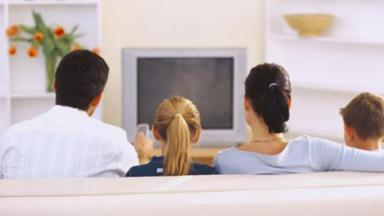 Família vendo TV