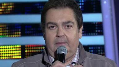 Faustão segurando o microfone em seu programa na Globo