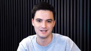Felipe Neto está sentado durante gravação de um vídeo para o seu canal do YouTube