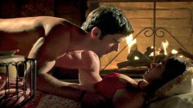 Felipe sem camisa se debruça sobre Shirlei que está deitada no chão