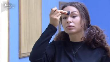 Fernanda reclama enquanto passa maquiagem