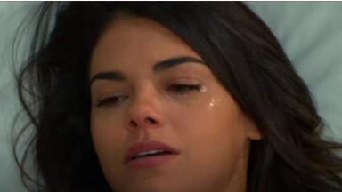 Fernanda chora deitada na cama do hospital em Triunfo do Amor