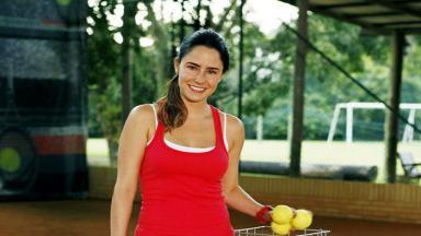 Ana com bolas de tênis na mão