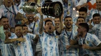 Messi ergue troféu de campeão da Copa América junto com outros jogadores