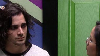 Fiuk com semblante triste olha para Juliette que aconselha brother na despensa do BBB21