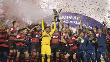Elenco do Flamengo levantando a taça do Brasileirão