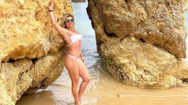 Flávia Alessandra de biquíni encostada em pedra