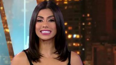 Flávia Noronha sorridente no TV Fama