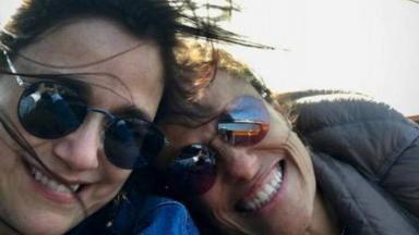 Flávia Soares e Zélia Duncan fazem selfie durante viagem para o exterior