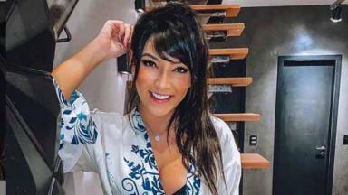 Flavia Caroline fazendo pose em estúdio